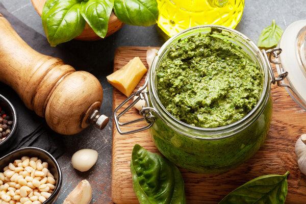 Basilikum, Pinienkerne, Olivenöl, Parmesan und Knoblauch sind die wichtigsten Zutaten für selbstgemachtes Pesto