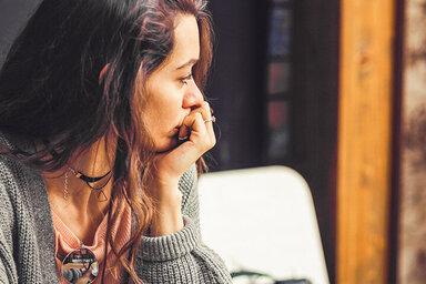 Frau sitzt alleine im Café