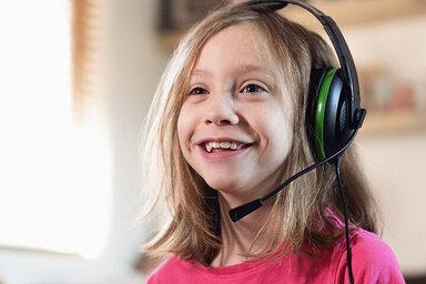 Junges Mädchen trägt ein Headset