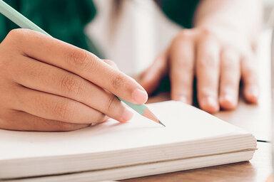 Wer mit Stift und Papier in einer  angenehmen Arbeitsatmosphäre seine Gedanken in Worte fasst kann die heilende Kraft der Worte spüren.