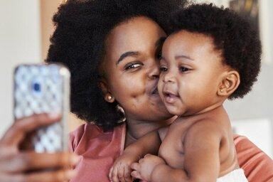 Eine Mutter macht ein Selfie mit Baby