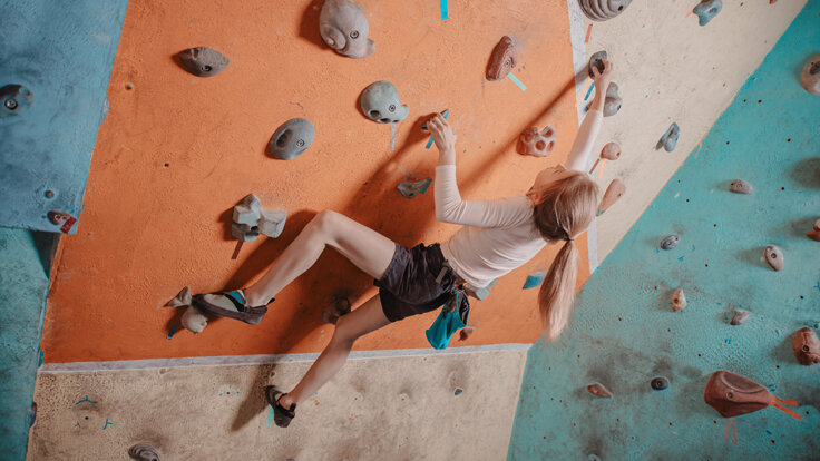 Bouldern macht Spaß und Jolinchen zeigt dir, wie es geht.