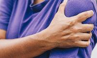 Mann hat Muskelkater in der Schulter nach zu intensivem Training.