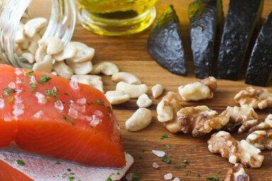 Omega-3-Fettsäuren sind sowohl in fetteichem Fisch, wie Lachs oder Makrele, aber auch in Walnüssen und Leinsamen enthalten.