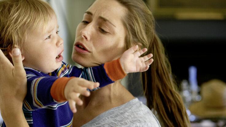 Mutter tröstet Schreibaby