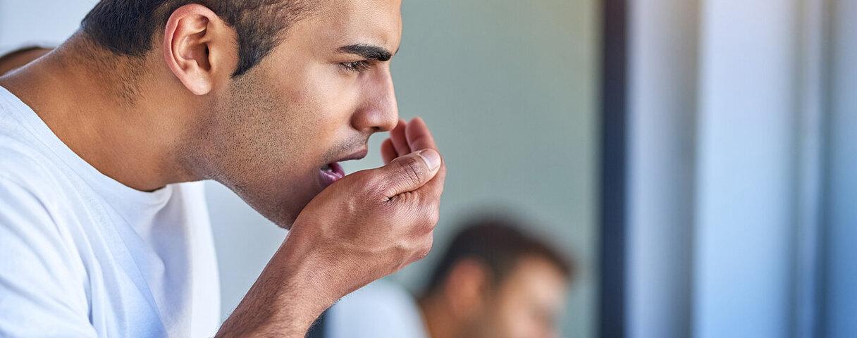 Kleiner Atemtest genügt! So stellen Sie fest, ob Sie unter Mundgeruch leiden.