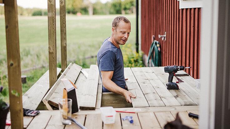 Ein Mann renoviert im Freien selbst