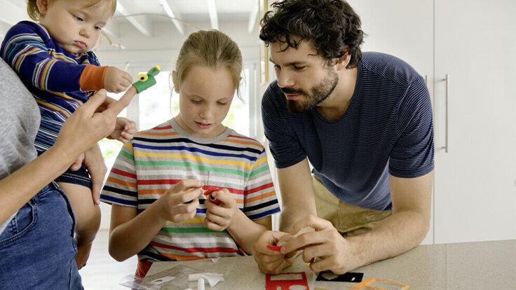 Loben- Eltern spielen mit ihren Kindern.