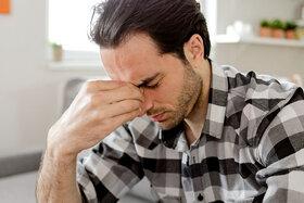 Ein Mann versucht, seinen Kopfschmerz zu lindern.