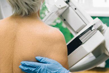 Frau nimmt an einer Vorsorgeuntersuchung gegen Brustkrebs teil.