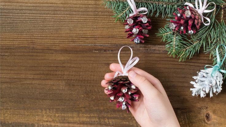 Selbst gemachter Weihnachtsbaumschmuck aus Tannenzapfen gefertigt.