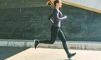 Frau bei aeroben Training, um Ausdauer zu verbessern.