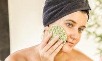 Eine Frau wäscht sich mit einem nachhaltigen Schwamm das Gesicht.