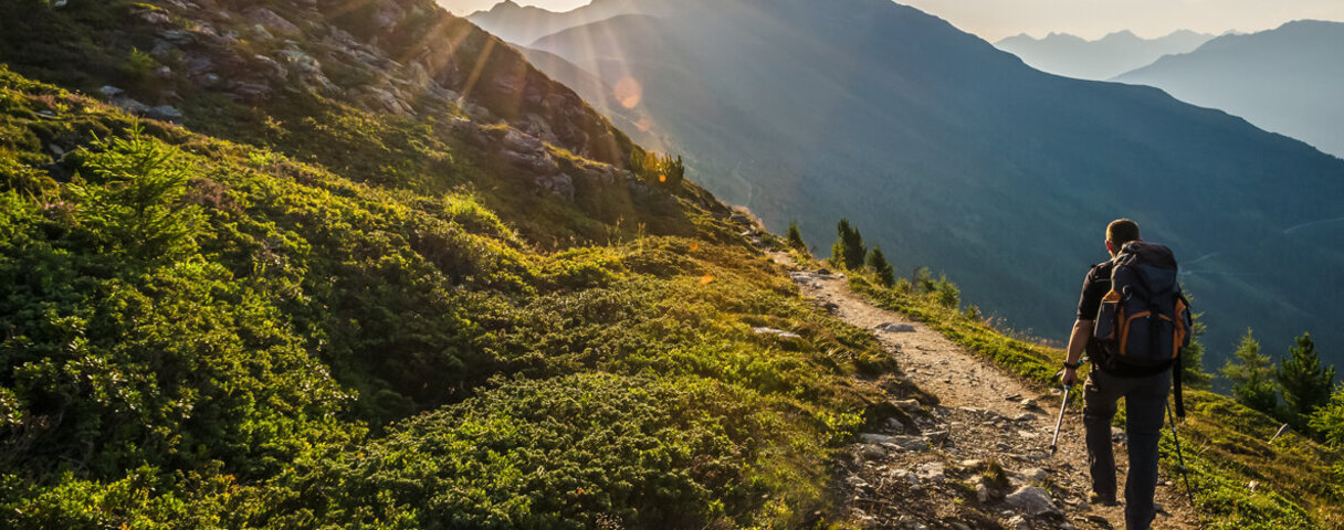 Ein Backpacking-Tourist wandert in den Bergen
