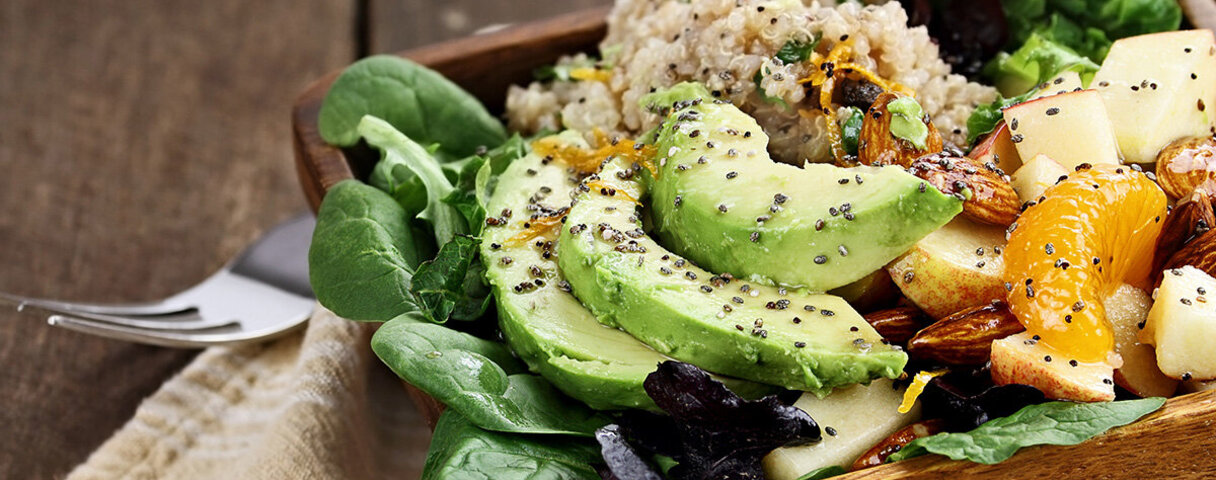 Beim Clean Eating kommt es auf unverarbeitete Lebensmittel wie frischem Obst und Gemüse an, hier in einer Schüssel mit Reis und Nüssen serviert.