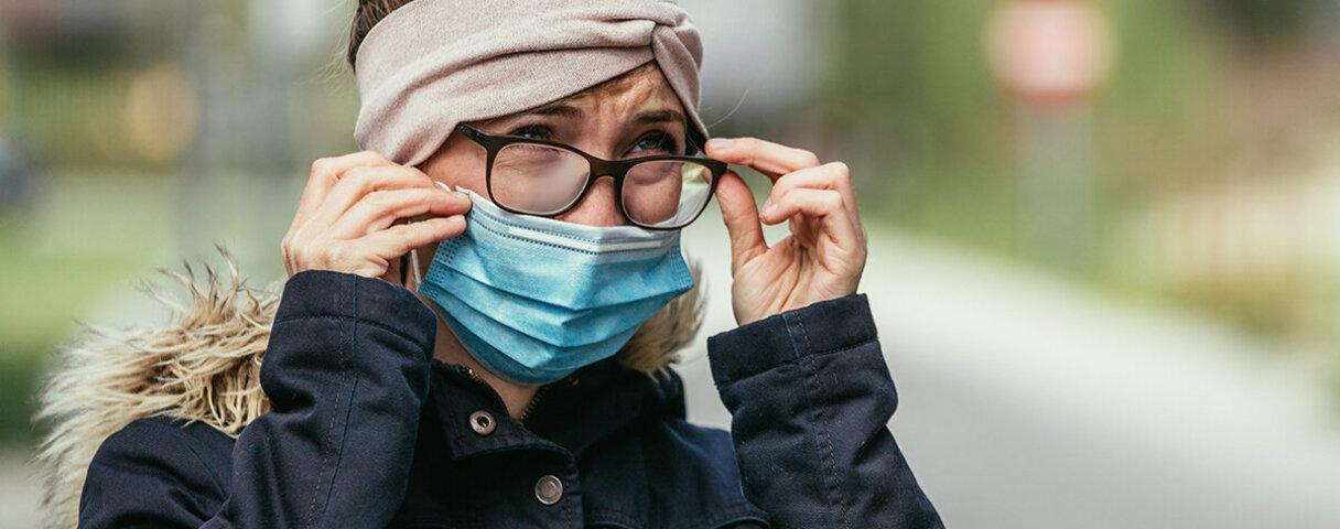 Eine Frau trägt Maske und Brille, doch diese beschlägt nicht.