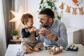 Papa und Kleinkind kommunizieren in Babysprache.