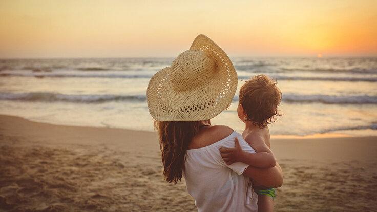 Mutter und Baby im Urlaub