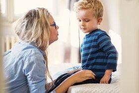 Mutter zeigt ihrem kleinen jungen seine Grenzen auf.