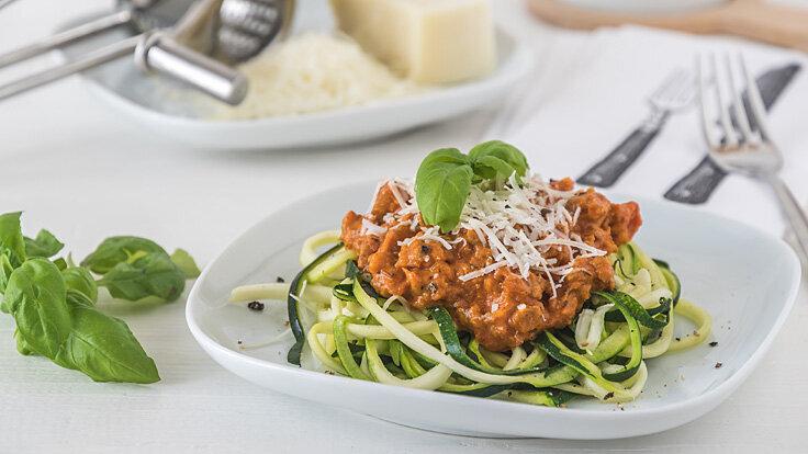 Jemand möchte gesund und langfristig abnehmen und setzt daher auf Zoodles anstatt auf Pasta.