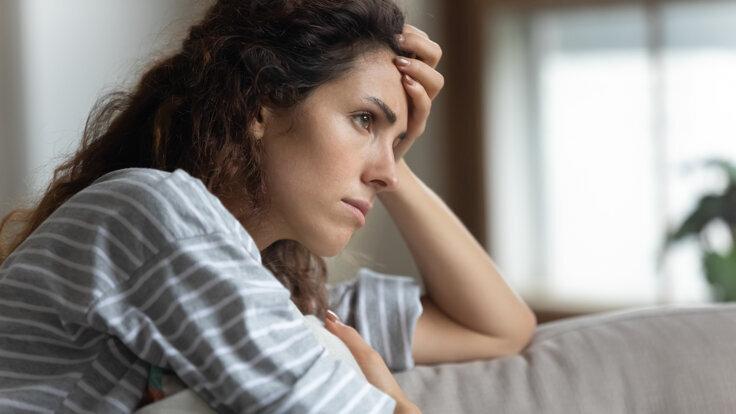 Frau leidet aufgrund von Lagerkoller während der Coronapandemie unter depressiver Verstimmung.