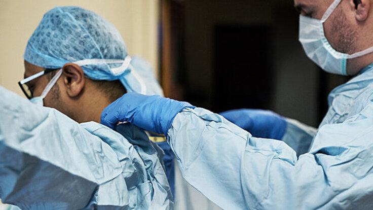 Ärzte machen sich bereit, Hodentorsion zu behandeln.