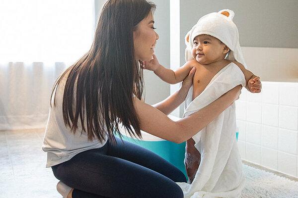 Eine Mutter trocknet ihr Baby ab