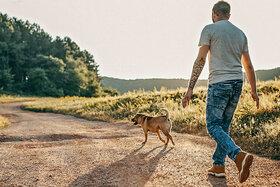 Mann geht 10.000 Schritte am Tag.