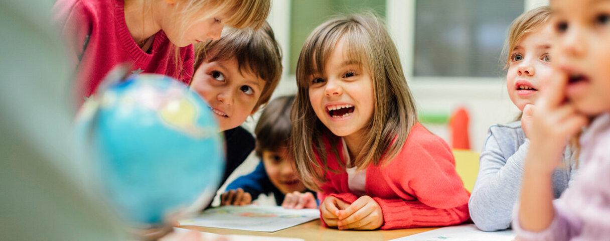 Kinder lernen und lachen zusammen