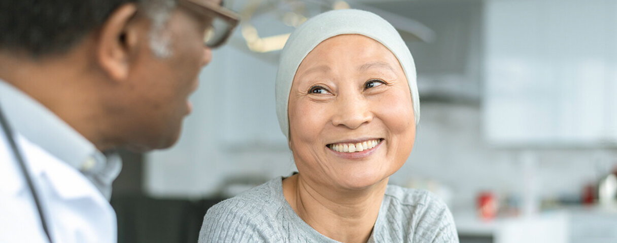 Eine Krebspatientin ist im Gespräch mit einem Arzt.
