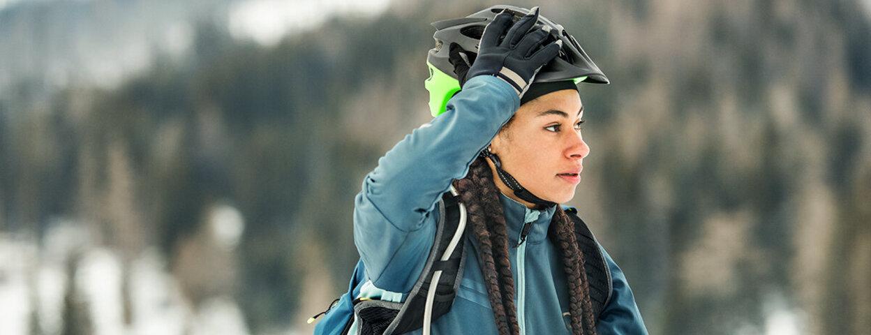 Radfahrerin ist auch im Winter sicher auf dem Fahrrad unterwegs.
