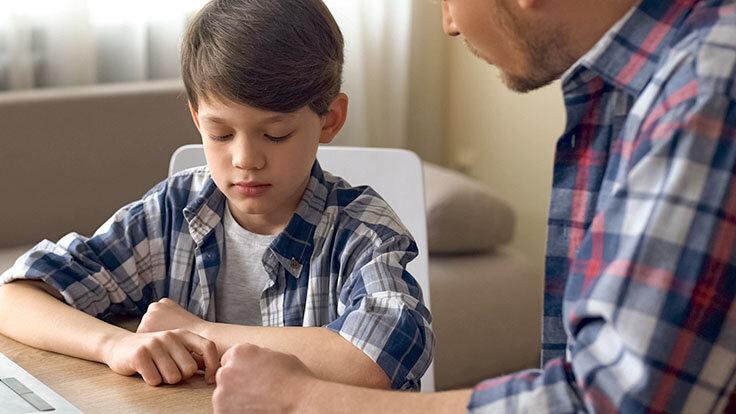 Grenzen setzen im Gespräch zwischen Vater und Sohn.