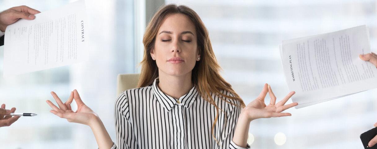 Junge Business-Frau sitzt in entspannter Haltung vor dem Laptop