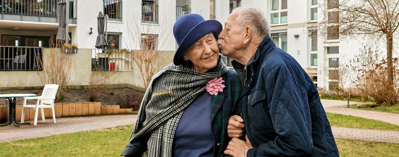 Ein Paar umarmt sich.