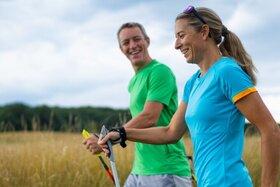 Ein Pärchen betreibt Nordic Walking als Sportart