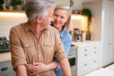 Konstruktive Kritik hilft Paar bei einem glücklichen miteinander.
