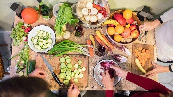 Familie bereitet gemeinsam das Essen vor