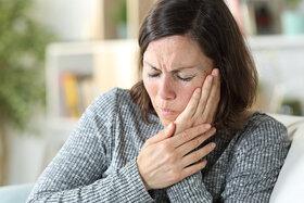 Frau leidet unter starken Gesichtsschmerzen weil sie eine Trigeminusneuralgie hat.
