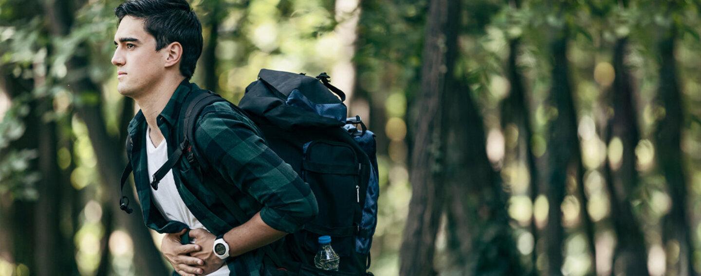 Mann auf Reise, der unter Reisedurchfall leidet