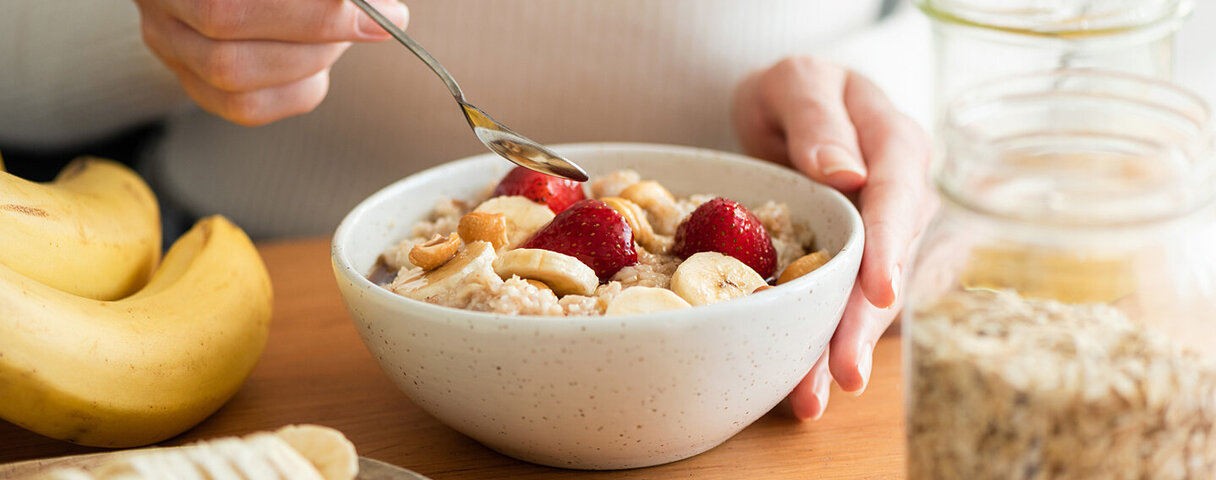 Frau möchte gesund abnehmen und macht sich ein vollwertiges Frühstück.