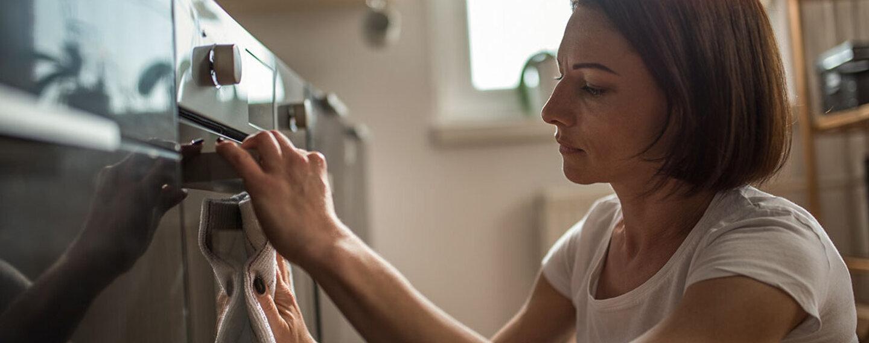 Zwangsstörungen: Frau kann ihren Putzdrang nicht kontrollieren.