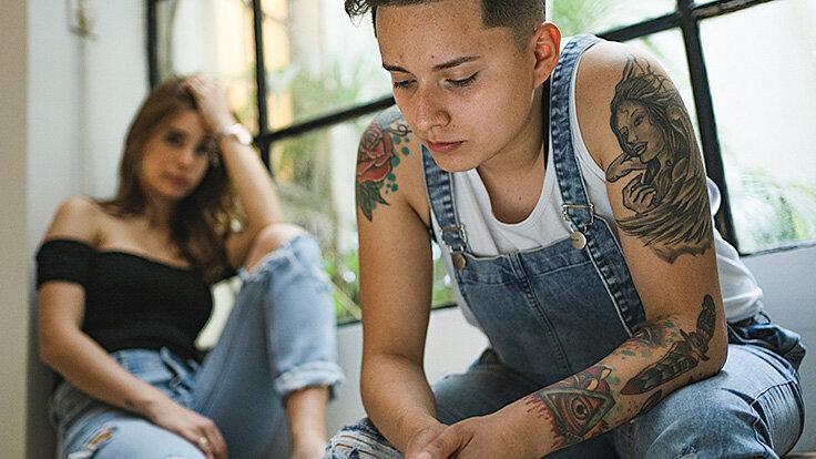 Ein Paar ist unglücklich mit der Beziehung, miteinander zu reden, kann helfen