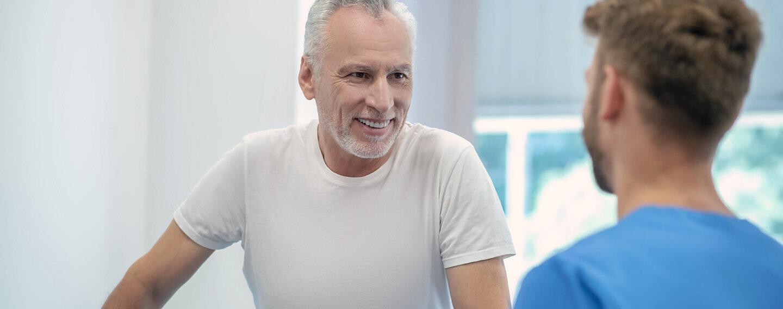 Ein Mann ist beim Arzt und spricht über seine Gesundheit bei einem Gesundheits-Check-Up.