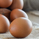 Rohe Eier auf Juteunterleger