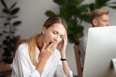 Ständige Müdigkeit im Büroalltag – was kann helfen?