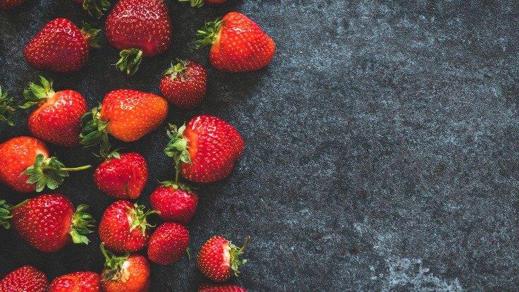 Frische Erdbeeren auf einem Tisch