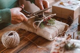 Auch für Geschenkpapier gibt es nachhaltige Alternativen - seien Sie einfach kreativ.