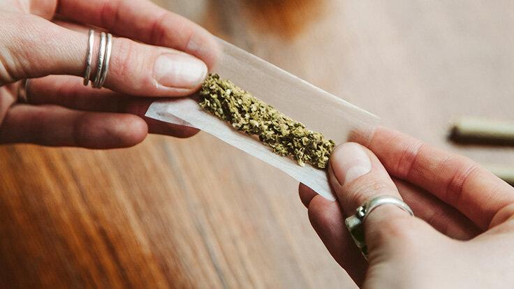 Frau dreht mit Cannabis einen Joint