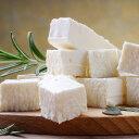 In Würfel geschnittener Feta-Käse auf Holzbrett