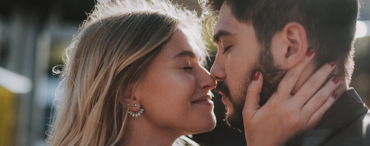 Glückliche Beziehung: Ein Liebespaar berührt sich mit der Nase.